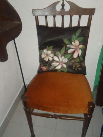Cadeira com Tampo em Veludo