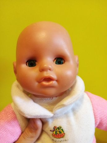 Лялька дівчинка у гарному стані
