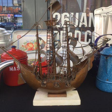 Antigo barco / caravela em cobre