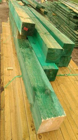 Słupy drewniane. Więźba dachowa. Drewno.
