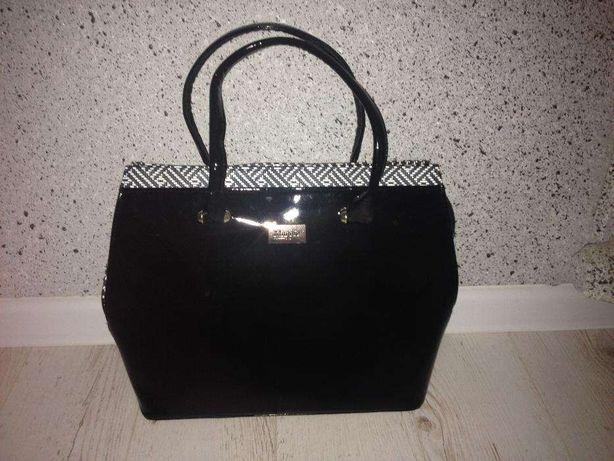 Sprzedam ładną lakierowaną czarną torebkę w dobrym stanie
