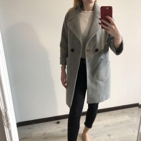 Пальто сірого кольору на підкладці