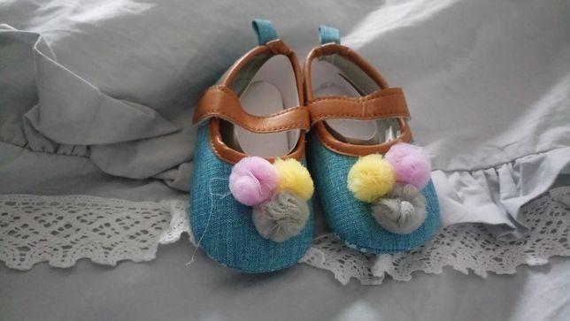 Nowe buciki niemowlece