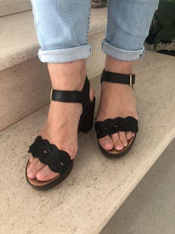Sandálias em pele - Tam 37