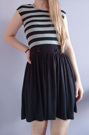 Sukienka w czarno szare paski rozkloszowana