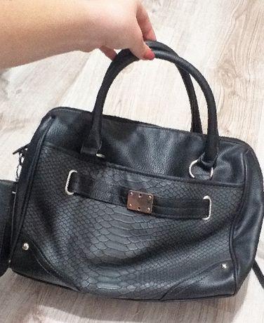 Czarna torebka kuferek wężowa skóra