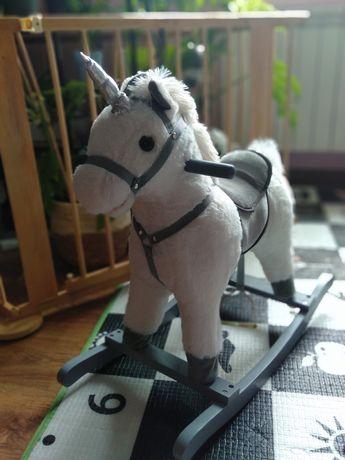 Grający Koń na biegunach