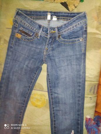Продам модные джинсы на девочку подромтка