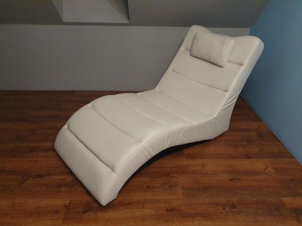 Leżanka biała idealna do salonu