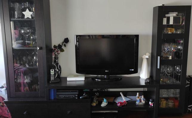Móvel para televisão com colunas