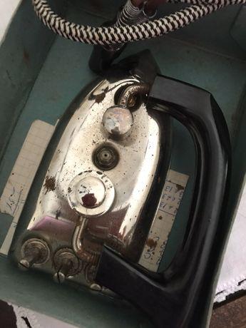 Ferro de engomar com caixa antigo