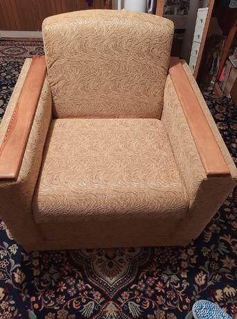 Wygodne fotele i rozkładana ława.