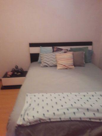 cama casal com 2 mesas de cabeceira e cómoda com espelho