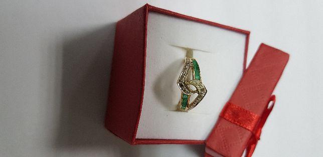 Złoty pierścinem ze szmaragdami i diamentami 750