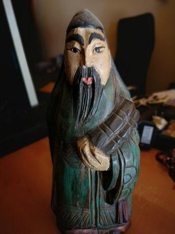 Escultura de monge em madeira