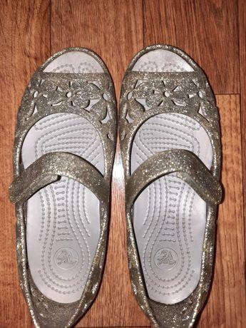 Серебристые босоножки для девочки Crocs
