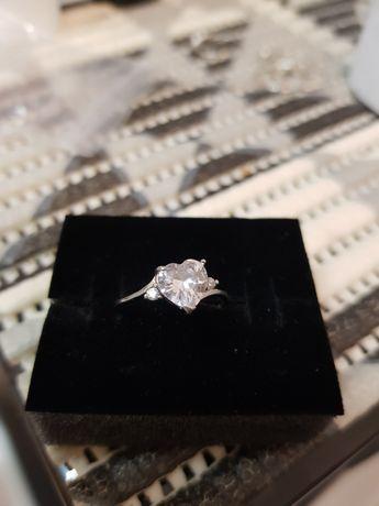 Srebrny pierścionek z serduszkiem z cyrkonii
