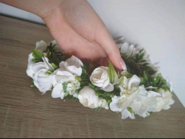 Wianek że sztucznych kwiatów