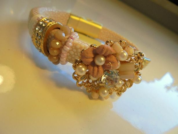Chic - skórkowa, elegancka bransoletka z perłami i kwiatami - jedyna