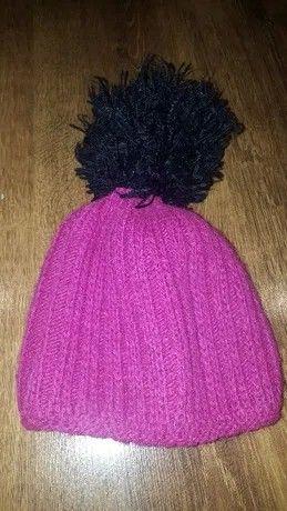 Różowa czapka z wielkim czarnym pomponem