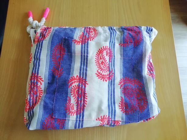 Saco de praia que se transforma numa toalha de praia