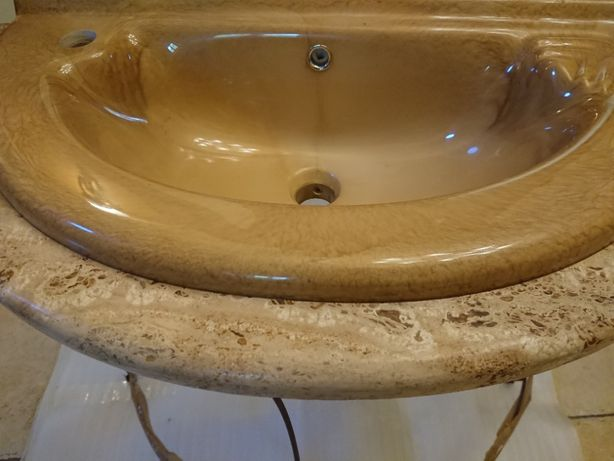 Umywalka wraz z konglomeratem z trawertynu żywicowanego