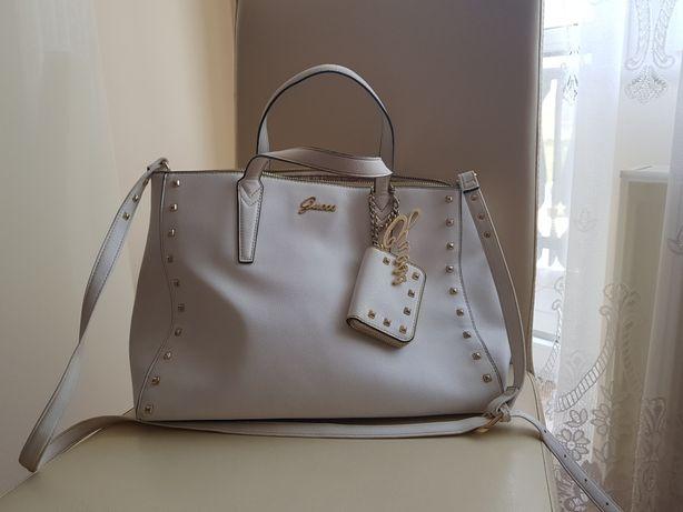 Shopper torebka guess biała brelok A4 złote nity zamki portfel