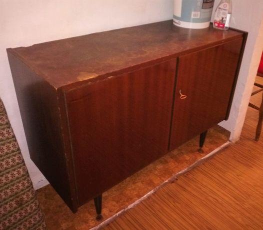 Drewniana szafka zamykana na klucz