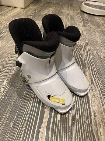 Продам детские ботинки 18,5 см и лыжи 80 см