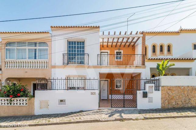Moradia T3+1 com vários terraços sito na Urb. Valverdinho, Algoz