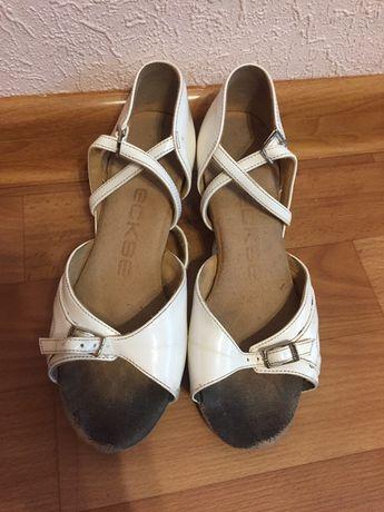 Продам белые бальные туфли eckse 205 размера