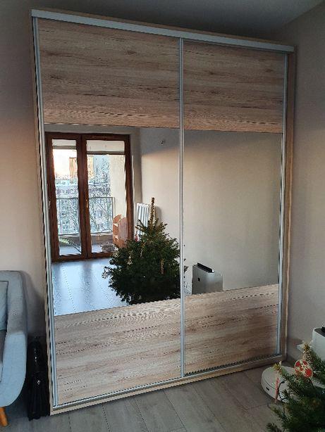 Szafa z drzwiami przesuwnymi z lustrem