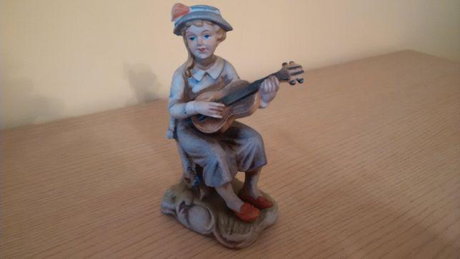 """Porcelanowa figurka """" Dziewczynka z gitarą"""" - 35 zł"""