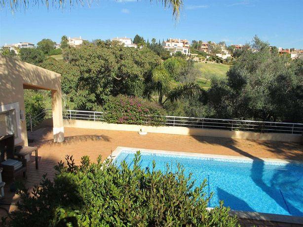 Aluga-se moradia ao ano com jardim e piscina privada perto Carvoeiro