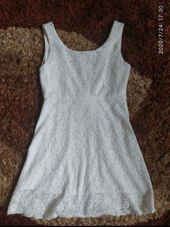 Biała koronkowa sukienka mini.