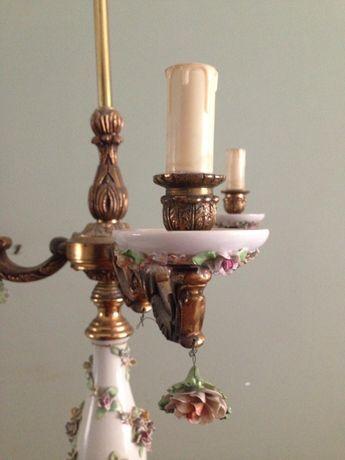 Tocheiro de bronze e porcelana com flores em relevo