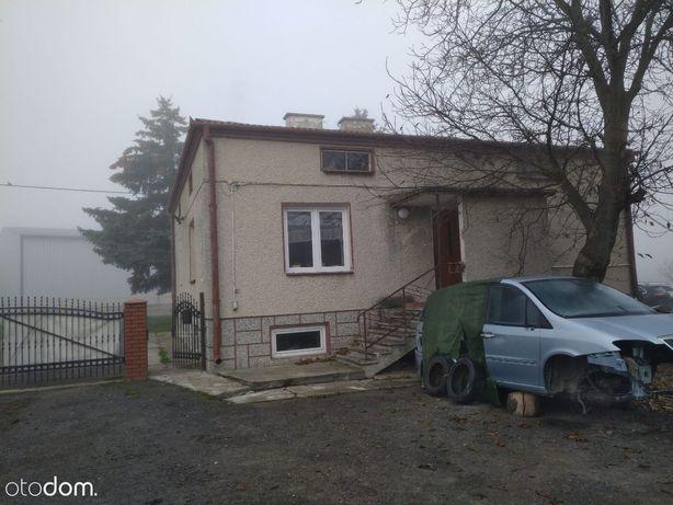 Dom z zabudowaniami