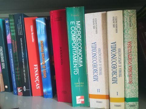 Livros de Microeconomia e economia Portuguesa.