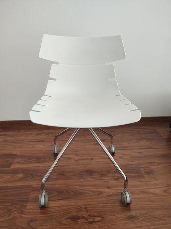 Krzesło białe na kółkach