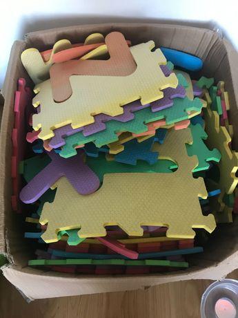 70 Quadrados letras e números  em esponja para chão crianças. 20€