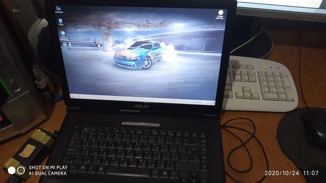Ноутбук ASUS в рабочем состоянии.