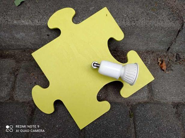 Kinkiety w kształcie puzzli z halogenami