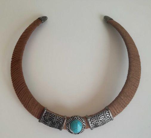 Gargantilha em camurça com pedra azul turquesa