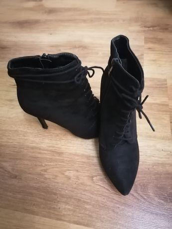 Czarne botki na szpilce