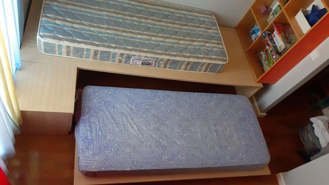 Quarto/Estudio de 2 camas + mesinha cabeceira + camiseiro