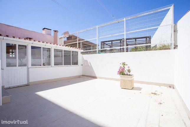Apartamento T3 remodelado e com terraço, na Póvoa Galega