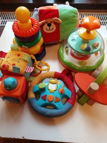 Zestaw zabawek dla dziecka.