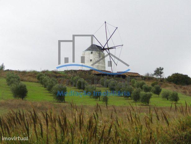 Moinho com 3 pisos e terreno. Localizado perto da Serra d...