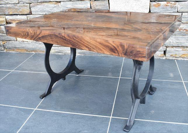 Mesa de madeira de nogueira preta em resina epóxi cristal.