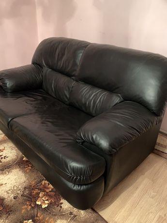 Шкіряний диван.